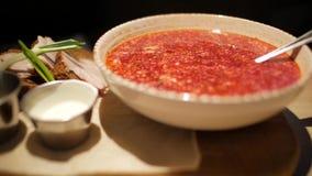 Eine Platte des Borschtschs mit Sahne Suppe der Rot-roten Rübe Borsh stock video footage