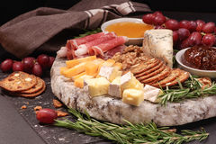 Eine Platte des Käses Lizenzfreies Stockbild