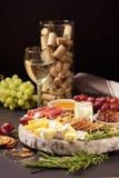 Eine Platte des Käses mit Weißwein Stockbild