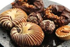 Eine Platte des Kuchens, des Donuts und der Törtchen an pisplay Lizenzfreies Stockfoto