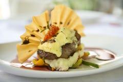 Eine Platte des Lebensmittels wartet, an einem feinen Restaurant gegessen zu werden lizenzfreie stockbilder