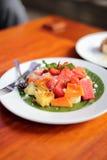 Eine Platte des Obstsalats Stockfoto