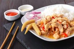 Eine Platte des orientalische Nahrungsmittelspeziellen gebratenen Reises lizenzfreies stockbild