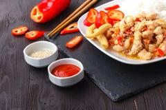 Eine Platte des orientalische Nahrungsmittelspeziellen gebratenen Reises lizenzfreie stockfotos