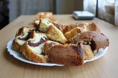 Eine Platte des selbst gemachten Kuchens Stockbild