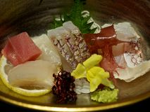 Eine Platte mit Sashimi und Meerespflanze Lizenzfreies Stockfoto