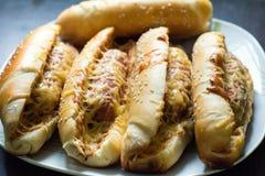 Eine Platte von appetitlichen Hotdogen Lizenzfreie Stockfotos