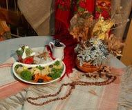 Eine Platte von den Fischen verziert mit Gemüse Stockfoto