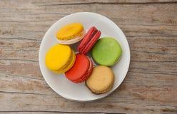 Eine Platte von sortierten macarons Stockfotos