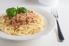 Eine Platte von Spaghettis mit Fleischsoße lizenzfreie stockbilder