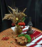 Eine Platte von zrazy und ein Blumenstrauß von Wildflowers Lizenzfreie Stockfotografie