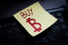 Eine Post-Itanmerkung mit einem bitcoin Symbol lizenzfreies stockfoto