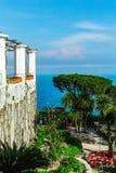 Eine Postkarte, die den Garten und die Terrasse des Landhauses Rufolo und des tyrrhenischen Meeres übersieht Ravello, Kampanien,  Stockbild