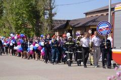 Eine Prozession von Studenten des Rettungsdiensts und der Feuerwehrmänner Feiern Mai erster, der Tag des Frühlinges und Lizenzfreie Stockbilder