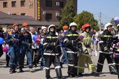 Eine Prozession von Studenten des Rettungsdiensts und der Feuerwehrmänner Feiern Mai erster, der Tag des Frühlinges und Lizenzfreies Stockbild