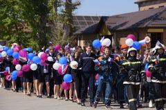 Eine Prozession von Studenten des Rettungsdiensts und der Feuerwehrmänner Feiern Mai erster, der Tag des Frühlinges und Stockfotografie