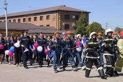 Eine Prozession von Studenten des Rettungsdiensts und der Feuerwehrmänner Feiern Mai erster, der Tag des Frühlinges und Stockfoto