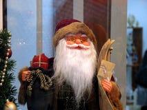 Eine Puppe von Santa Claus mit goldenen Schutzbrillen Stockfotografie