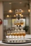 Eine Pyramide des Champagners Lizenzfreies Stockfoto