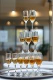 Eine Pyramide des Champagners Stockfotos