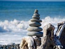 Eine Pyramide von Steinen auf dem Strand Stockbilder