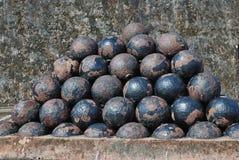 Eine Pyramide von verrosteten Eisenbällen Stockbilder