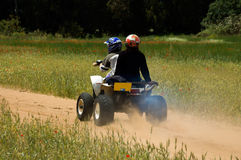 Eine quadbike Fahrt in der Natur Lizenzfreie Stockfotos
