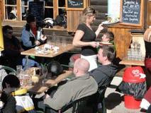 Eine recht blonde Kellnerin dient das Mittagessen draußen Stockbilder