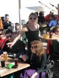 Eine recht blonde Kellnerin dient das Mittagessen draußen Lizenzfreies Stockbild