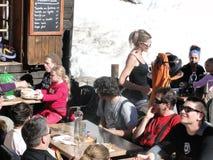 Eine recht blonde Kellnerin dient das Mittagessen draußen Lizenzfreie Stockfotografie