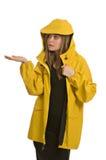 Eine recht junge Frau in einem gelben Regenmantel Lizenzfreies Stockfoto