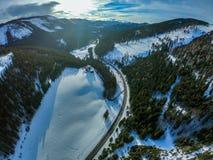 Eine rechte Straße über schneebedeckten Landschaften lizenzfreies stockfoto