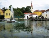 Eine Reflexion der Stadt in einem Teich Lizenzfreie Stockbilder