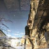Eine Reflexion in einer Pfütze in der Mitte von Kyiv, Ukraine Lizenzfreies Stockfoto