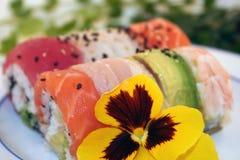 Eine Regenbogen-Rolle der bunten Sushi lizenzfreies stockbild