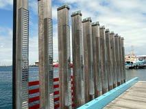 Eine Reihe Bauholzposten, die den lokalen Fischer 608 gedenken, der mit voranging stockbild