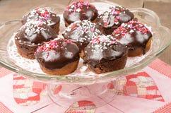 Schokoladenkleine kuchen auf Glasserver Stockfoto