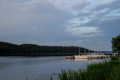 Eine Reihe der kleinen Segelbootlage machte nebeneinander in einer ruhigen Bucht von See Malaren, ein Sommermorgen in Schweden fe stockfotos