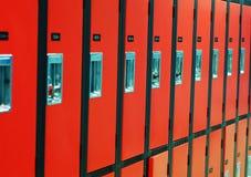Eine Reihe der orange Schließfächer Lizenzfreies Stockbild
