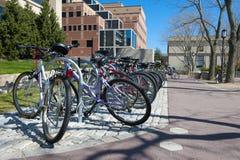Eine Reihe der Pendlerfahrräder lizenzfreies stockfoto