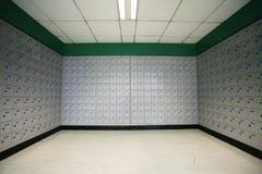 Eine Reihe der Postkästen in einer Post. Stockbilder