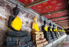 Eine Reihe der SitzBuddhas Statue am Tempel stockbild