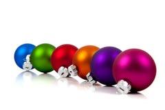 Eine Reihe der Weihnachtsverzierungen/-flitters auf Weiß Lizenzfreies Stockbild