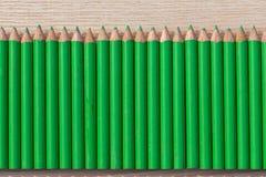 Eine Reihe des grünen Bleistifts Lizenzfreie Stockfotografie