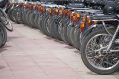 Eine Reihe des Rollers geparkt Lizenzfreie Stockfotografie