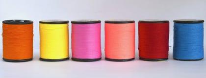 Eine Reihe des Threads in der Spule Stockbild
