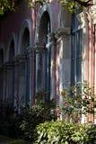 Eine Reihe gewölbte Fenster eines Neorenaissancegebäudes in einem Punktperspektivenbild stockfotos