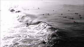 Eine Reihe größtenteils links, die in die Südseite des Huntington Beach-Piers abkommen stock footage