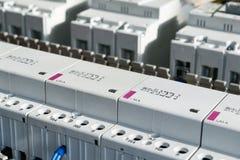 Eine Reihe modulare magnetische Kontaktgeber und eine Strecke der Energieleistungsschalter Lizenzfreies Stockfoto