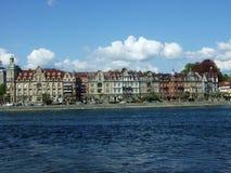Eine Reihe Paläste nahe See Bodensee in der Stadt von Konstanz lizenzfreie stockfotos